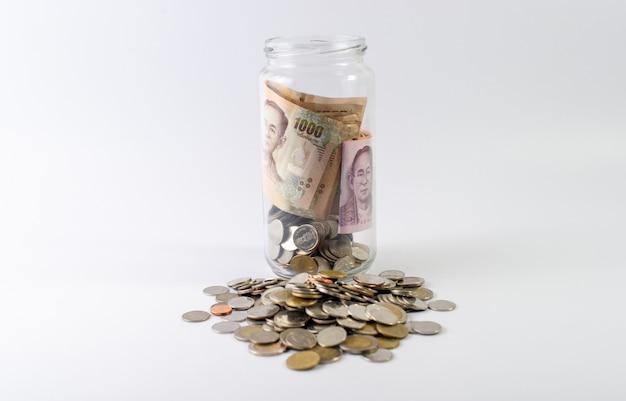 Geld sparen, geld für die zukunft vor dem leben sparen. und silber auf weißem hintergrund