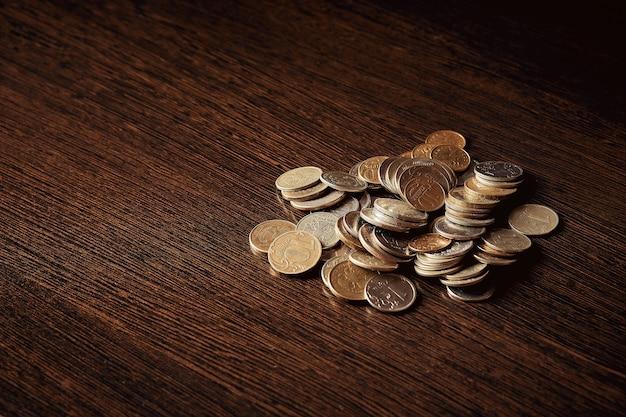 Geld sparen, geschäftskonzept. münzen auf dem tisch