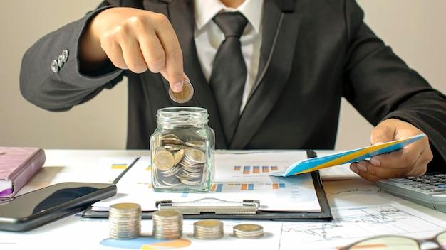 Geld sparen ideen mit münzen in den händen eines buchhalters.