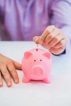 Geld sparen in sparschwein, close up