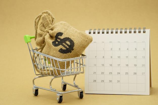 Geld sparen konzept des sammelns von münzen (thailändisches geld) in einem einkaufswagen.