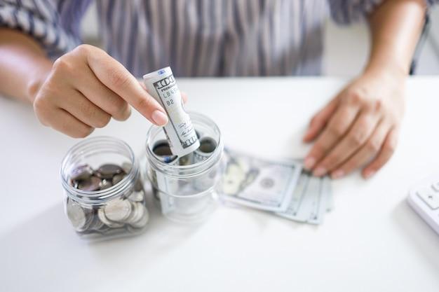 Geld sparen konzept. finanzielle frau handstapel münzen geld banknoten wachsendes geschäft.