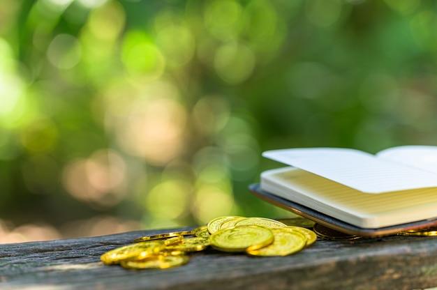 Geld sparen konzept und geld sparen, um alles im leben mit sonnenlicht bokeh hintergrund zu unterstützen