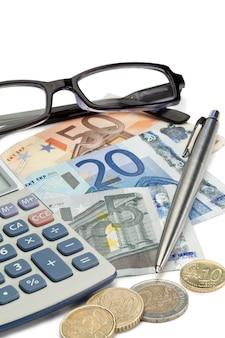 Geld, stift, brille und taschenrechner