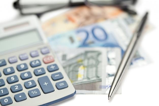 Geld, stift, brille und winkliger taschenrechner