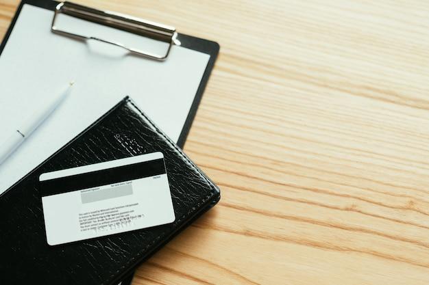 Geld und finanzen. bankkonten und kreditkartengebühren. gehalt und löhne. kredite und kredite. geld verdienen oder geld ausgeben konzept.
