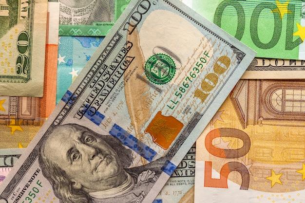 Geld und finanzen-konzept. einhundert dollar neue rechnung auf farbe