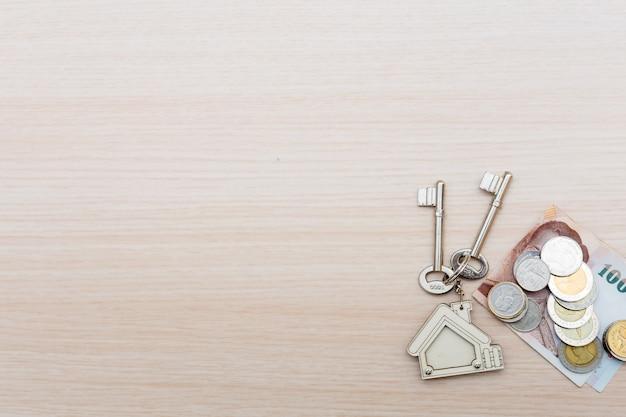 Geld und heimatschlüssel. signierter vertrag und schlüssel der immobilie mit dokumenten. konzept für das immobiliengeschäft.
