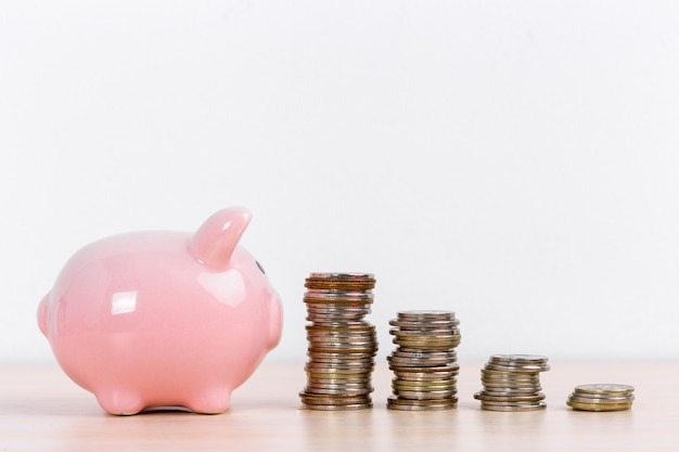 Geld und sparschwein mit münzenstapeln