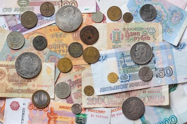 Geld verschiedener epochen russlands liegt auf dem tisch.