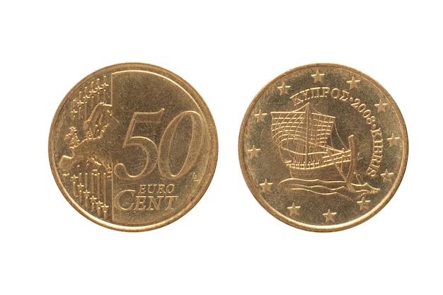 Geld von zypern. münze 50 cent auf weißer isolierter oberfläche. das geld euro währung.