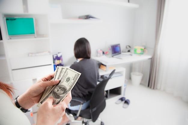 Geld zählen dollar-banknoten happy bonus im büro