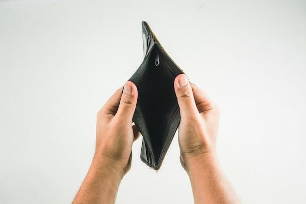 Geldbörse in der hand auf weißem hintergrund