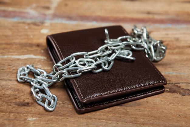 Geldbörse in ketten auf dem tisch