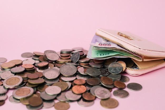 Geldbörse mit banknoten und geldmünzen in thailändischer währung für geschäfts-, finanz-, investitions- und sparkonzept