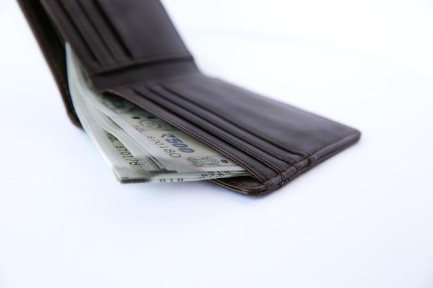 Geldbörse mit geld getrennt auf weiß.
