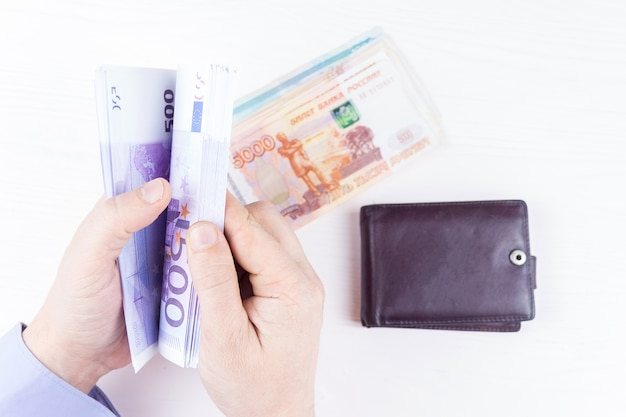 Geldbörse mit geld in händen