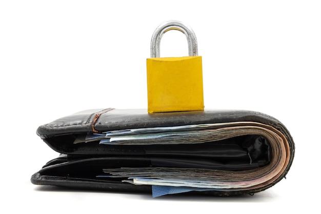 Geldbörse mit vorhängeschloß auf einem weißen hintergrund. konzept der finanzsicherheit