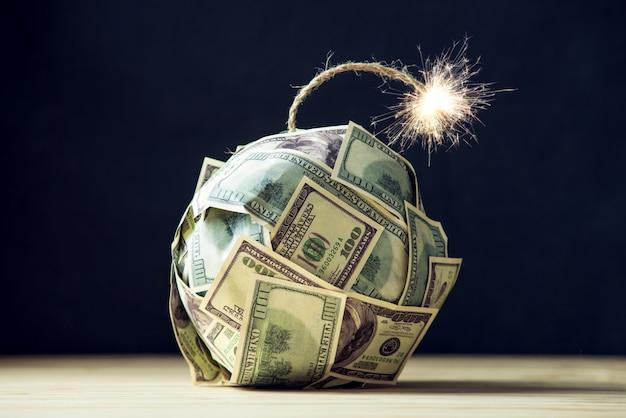 Geldbombe hundert-dollar-scheine mit brennendem docht