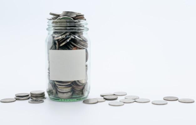 Geldeinsparung in der glasflasche für geldkonzept