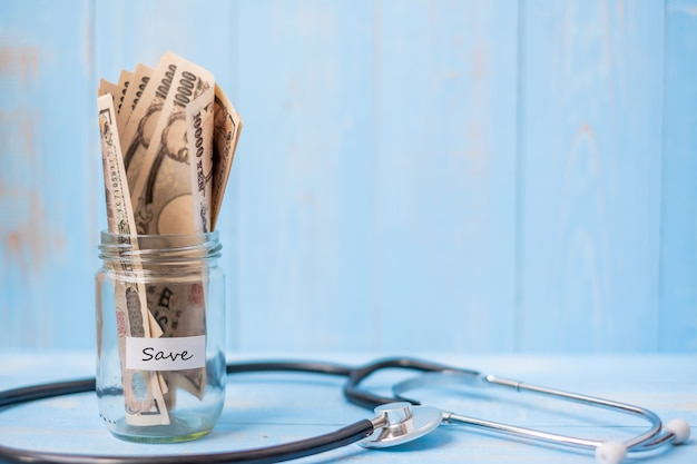 Geldglas und kardiologie-stethoskop