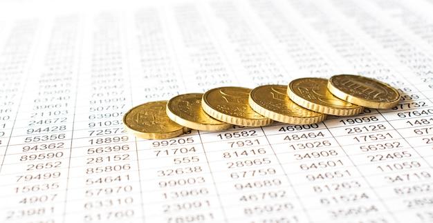 Geldmünze auf buchhaltungsbericht, geld sparen oder finanzkonzept.