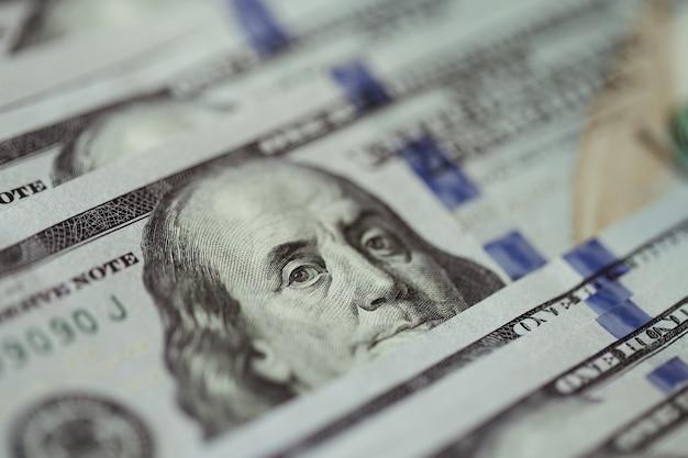 Geldscheine des amerikanischen dollars breiteten sich auf altem holztisch aus