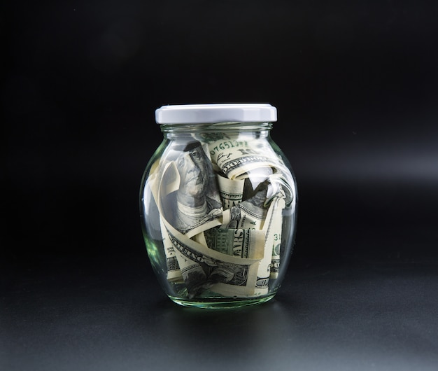 Geldsparendes konzept, glas voller dollars