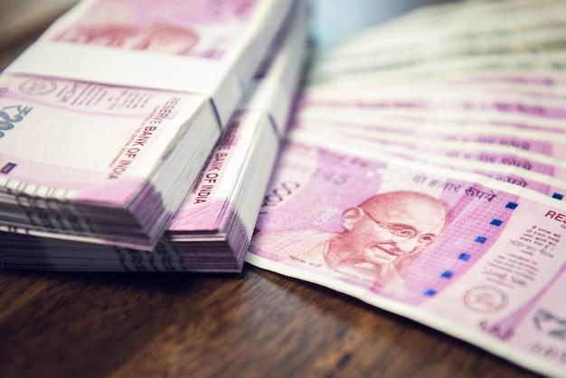 Geldstapel und -banknoten der indischen rupie auf dem tisch