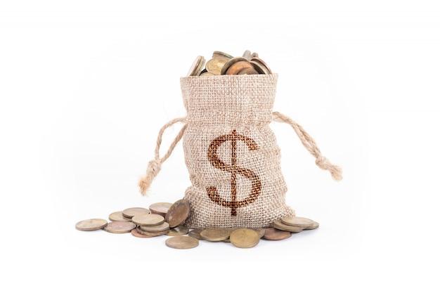 Geldtaschen und münzen auf weiß