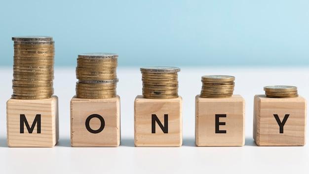 Geldwort auf holzwürfelanordnung