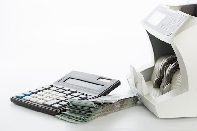 Geldzähler getrennt auf weiß