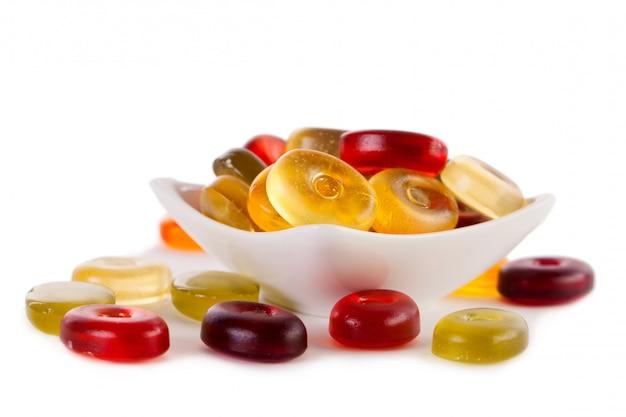Geleesüßigkeiten auf einem weiß