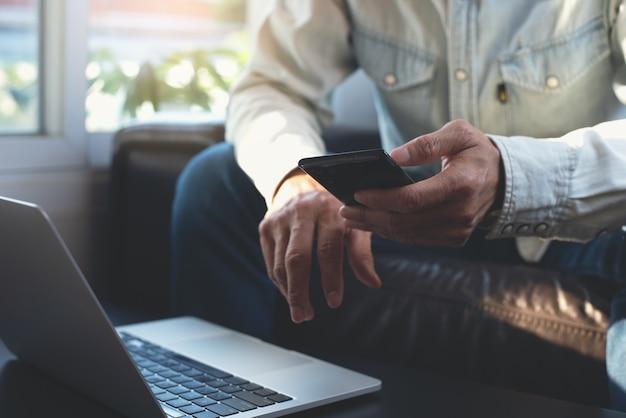 Gelegenheitsgeschäftsmann, der online zu hause arbeitet