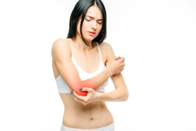 Gelenkschmerzen, frau mit handverletzung, problem mit dem ellbogen auf weiß.