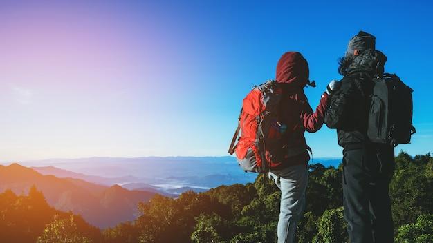 Geliebte frauen und männer asiatische reise natur. natürliche touch landschaft. auf dem berg.