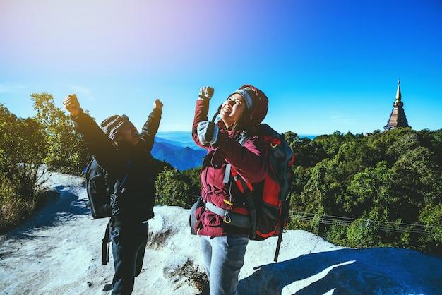 Geliebte frauen und männer asiatische reise natur. reise entspannen. auf dem berg. thailand