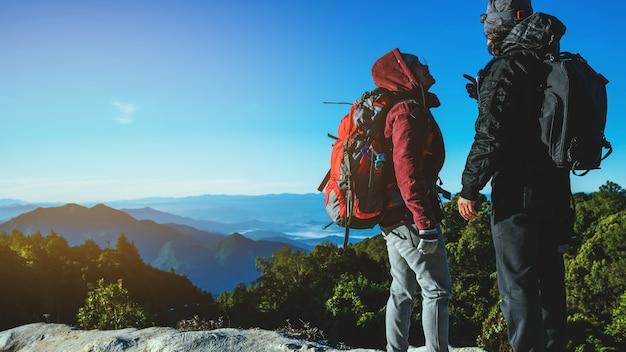 Geliebte frauen und männer asiatische reise natur. reise entspannen. natürliche touch landschaft.