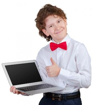 Gelockter junge im gesellschaftsanzug mit laptop