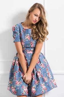 Gelocktes mädchen im schönen kleid