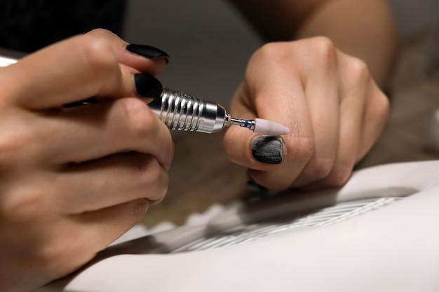 Gelpolitur zu hause mit einem elektrischen nagelfeilenbohrer entfernen