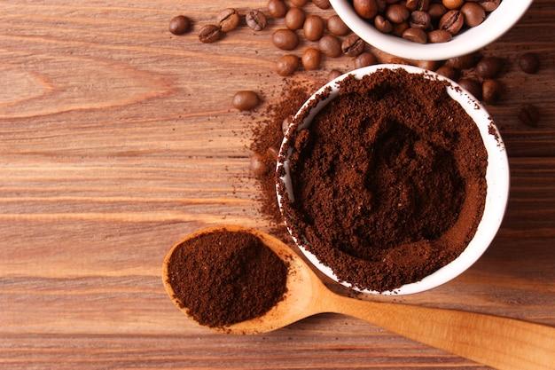 Gemahlener kaffee hautnah auf dem tisch