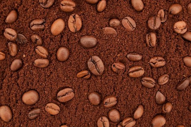 Gemahlener kaffee und kaffeebohnenhintergrund