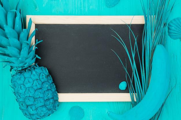 Gemalte azurblaue früchte und tafel