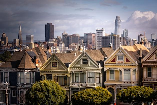 Gemalte damenhäuser und san franciscos skyline auf der rückseite, bundesstaat kalifornien, usa.