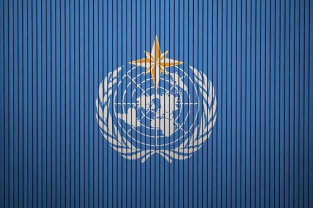 Gemalte flagge der weltmeteorologischen organisation auf einer betonmauer