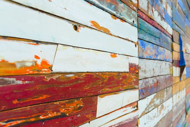 Gemalte hölzerne bretter von verschiedenen farben gealtert, natürliche beschaffenheit.