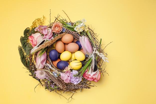 Gemalte ostereier im nest