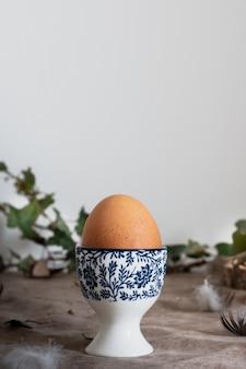 Gemalte schüssel der nahaufnahme keramisch mit ei