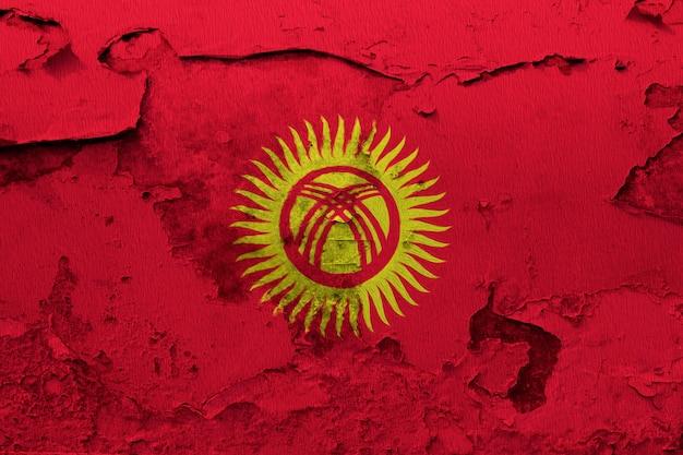Gemalte staatsflagge kirgisistans auf einer betonmauer